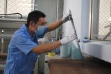 黒い家庭電化製品ガラスを切る3mmのウォータージェット