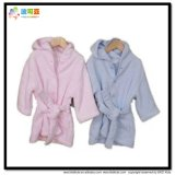 Il bambino del piccolo bambino copre gli accappatoi del tovagliolo del cotone