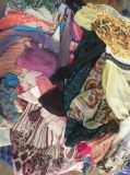 La qualità buona poco costosa ha utilizzato la vendita calda usata dei vestiti dei pantaloni di scarsità delle signore dei vestiti nel Giappone