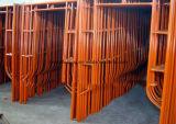 Weg durch Maurer-Baugerüst-Rahmen für Aufbau