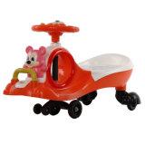 Passeio da boa qualidade no brinquedo com música e o carro popular leve do balanço