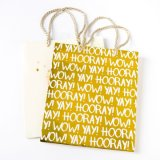 卒業はAnivesaryのショッピング・バッグのAnivesaryのギフト袋を袋に入れる