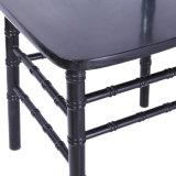 純木のChiavariの黒い椅子