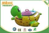 El equipo del parque de atracciones embroma los juguetes inflables del lago para la diversión