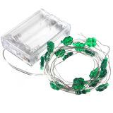 I trifogli del foglio di natale quattro scaldano la lampada leggiadramente del collegare di rame della striscia della stringa dell'indicatore luminoso bianco a pile