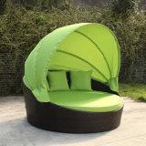 옥외 정원 안뜰 등나무 가구에 의하여 접히는 속이는 의자 고리 버들 세공 바닷가 침대 Sunbed 침대 겸용 소파