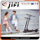 電気蹴りのスクーターのバランスをとっている電気移動性の運送者の自己