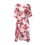 ひだが付いている絹の花の緩い上品な女性のイブニング・ドレス