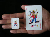 Face do sorriso que anuncia mini cartões de jogo de papel para a promoção