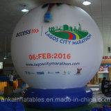 Globo de tierra gigante con el ventilador que trabaja para hacer publicidad