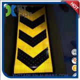 矢の印車の黄色および赤い反射テープ