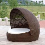 特別なデザイン藤のクッションが付いている屋外のおおいのテラスのラウンジの庭の家具のソファーの椅子のSunbedの寝台兼用の長椅子