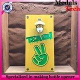 Консервооткрыватель бутылки пива сплава цинка установленный стеной с держателем крышки твердой древесины