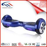 Hände geben den elektrischer Fahrzeug-Mobilitäts-Selbst frei, der Hoverboard balanciert