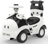 Passeio bonito no carro com a roda de direção eletrônica