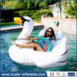 グループの巨大な白鳥の娯楽のための膨脹可能な白鳥ドーナツ水おもちゃ