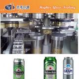 Lata de cerveja que enche-se emendando a máquina