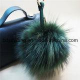 Sacchetto della donna che assetta i fiocchetti reali della pelliccia del Raccoon