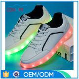 Nouveaux produits d'usine des chaussures rechargeables d'éclairage LED d'USB, chaussures de sports