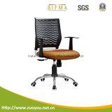 金属の椅子または網の椅子かコンピュータの椅子