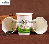 1個の時間によって使用されるコップが付いているオフィスの茶