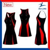 O Netball da equipe de mulheres contorna os vestidos que compram em linha barato