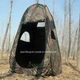 خارجيّ [كموفلج] عمليّة صيد يرفع خيمة