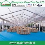 Grandes tentes transparentes avec tables et chaises