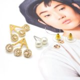 Witte die simuleren-Parel met de Oorringen van de Nagel van het Kristal voor Vrouwen in Gouden Plateren wordt gevuld