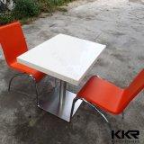 Tableaux de restauration rapide en surface de pierre artificielle avec chaises
