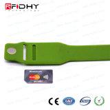 Último Wristband de la materia prima RFID de la calidad con la tarjeta de la pieza inserta