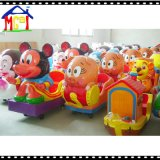 As crianças do divertimento montam Miny feliz