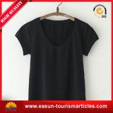 O fabricante personaliza o t-shirt do polo das mulheres