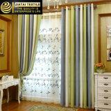 As cortinas da alta qualidade e drapejam em linha para o escritório