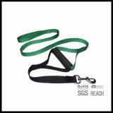 柔らかいプラスチックグリップのハンドルが付いている安い耐久の黒いナイロン犬の鎖