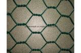 電流を通されてPVCは六角形ワイヤー網ロールに塗り、