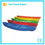 Il kajak della barca di sport di pesca si siede sulla canoa superiore della plastica del fiume