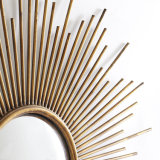 Specchio convesso della parete incorniciato sprazzo di sole rotondo nel rivestimento antico dell'oro