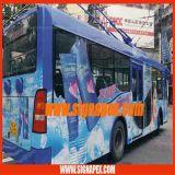 ステッカーを広告するバス