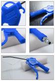 La mano lavora il fucile ad aria compressa del ventilatore della pistola della polvere (azzurro KS-10)
