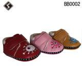 柔らかく、暖かい赤ん坊のブートおよび靴