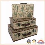 Un insieme antico di legno della casella di immagazzinamento in la valigia della stampa del tessuto di incastramento di 3