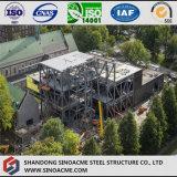 Mostra corridoio della struttura d'acciaio con il multi piano