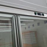 差込式の白いカラーコンビニエンスストアのガラスドアの飲料のクーラー