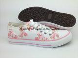 花はキャンバスをひもで締める女性のための加硫させた靴を印刷した