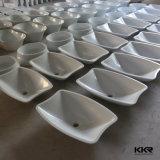 反対の洗面器の石の洗面器の上の固体表面
