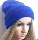 O tampão popular europeu de lãs tem mulheres do Beanie das listras como o tampão/chapéu feitos malha