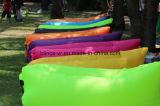 屋外のナイロン膨脹可能で不精なたまり場のスリープの状態であるエアーバッグの空気ベッド浜の寝袋