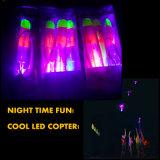 L'incandescenza dei lanciagranate della cobra saetta in alto il giocattolo dell'aletta di filatoio di notte della catapulta degli elicotteri