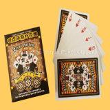 O adulto projeta cartões de jogo dos cartões do jogo